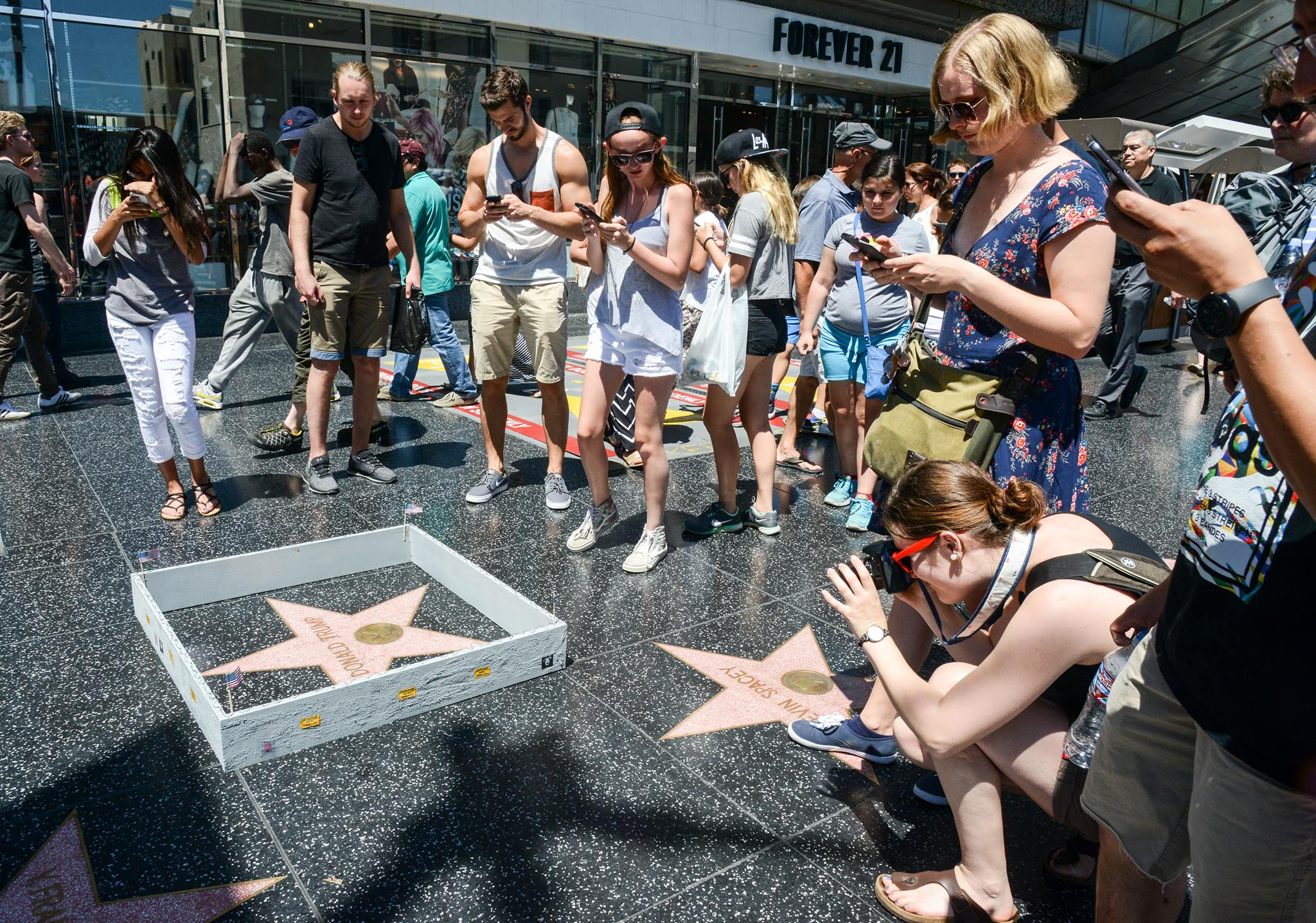 Il érige un mur miniature autour de l'étoile de Donald Trump sur le Walk of Fame de Los