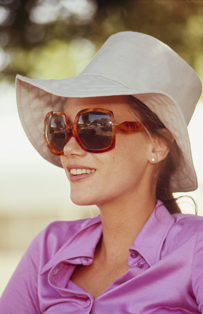 714bb146930 Peggy Lipton s Oversized Sunglasses   Floppy Hat Are Perfect For Summer